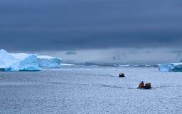 El cruzar, la Antártida Imagenes de archivo
