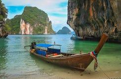 El cruzar a lo largo de la costa costa de Tailandia Imagen de archivo