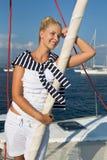 El cruzar: Mujer de la navegación en un barco de vela de lujo en verano. Imagenes de archivo