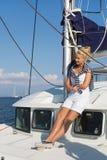 El cruzar: Mujer de la navegación en un barco de vela de lujo en verano. Imagen de archivo