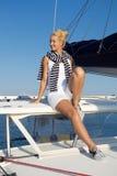 El cruzar: Mujer de la navegación en un barco de vela de lujo en verano. Fotografía de archivo
