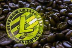 El cryptocurrency Litecoin de la moneda está en los granos de café foto de archivo