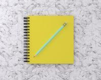 El cuaderno amarillo de la cubierta con se corrige en el fondo de mármol minuto Fotos de archivo libres de regalías