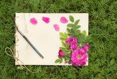 El cuaderno de notas hecho a mano con las flores y las hojas de salvaje subió Imagen de archivo libre de regalías