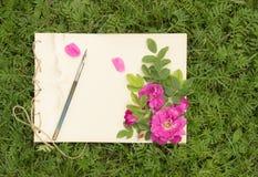 El cuaderno de notas hecho a mano con las flores y las hojas de salvaje subió Imagen de archivo