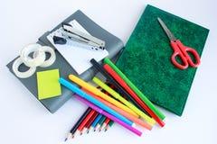 El cuaderno, scissor, grapadora y otra de escuela y de efectos de escritorio de la oficina Imágenes de archivo libres de regalías