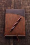 El cuaderno y la pluma fotos de archivo