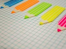 El cuaderno y las etiquetas engomadas de la matemáticas dibujan con creyón concepto del negocio de la forma con el espacio de la  Foto de archivo