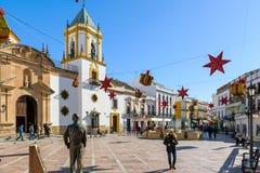 El cuadrado central de la ciudad de Ronda adornado con la Navidad juega Imagen de archivo