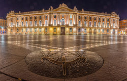 El cuadrado de Capitole en Toulouse en la noche imagen de archivo libre de regalías