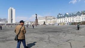 El cuadrado de ciudad central con los monumentos y la gente