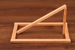 El cuadrado de madera Scantling del listón en la madera imagen de archivo
