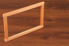 El cuadrado de madera Scantling del listón en la madera fotos de archivo