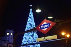 El cuadrado de Puerta del Sol de Madrid iluminó por las luces de la Navidad Imagenes de archivo
