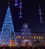 El cuadrado de Puerta del Sol de Madrid iluminó por las luces de la Navidad Fotos de archivo libres de regalías