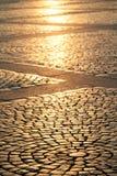 El cuadrado del pavimento de la ciudad vieja en los rayos del ev de la puesta del sol imagenes de archivo