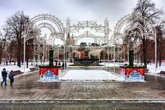 El cuadrado rodeado por las decoraciones de la Navidad, en el centro la fuente de la revolución de Vitali Imagen de archivo libre de regalías
