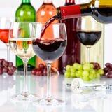 El cuadrado rojo de colada de la botella de cristal del vino vierte fotografía de archivo
