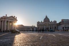 El cuadrado y la basílica de San Pedro en la puesta del sol fotos de archivo