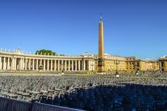 El cuadrado y un obelisco egipcio antiguo de San Pedro en el centro del cuadrado Ventanas viejas hermosas en Roma (Italia) imagen de archivo