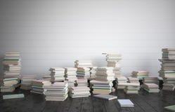 El cuarto completo de libros en el piso, el concepto de estudio intenso Imágenes de archivo libres de regalías