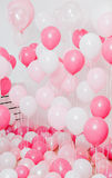El cuarto con los globos rosados Imagen de archivo libre de regalías