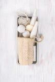 El cuarto de baño blanco del balneario fijó con la esponja natural de la lufa en caja del metal Foto de archivo libre de regalías