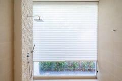 El cuarto de baño blanco real interior hermoso ofrece la bañera imagen de archivo