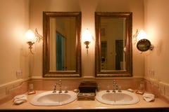 El cuarto de baño del vintage con la limpieza fijó en hotel o centro turístico Interior de un cuarto de baño con clase con mueble imagen de archivo