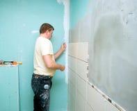El cuarto de baño embaldosa la renovación Foto de archivo libre de regalías
