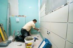 El cuarto de baño embaldosa la renovación Foto de archivo