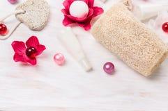 El cuarto de baño fijó con las bolas del aceite, flores del baño, esponja, piedra pómez, balneario Fotografía de archivo