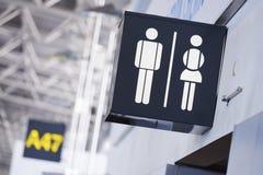 El cuarto de baño firma adentro el aeropuerto Fotos de archivo