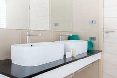 El cuarto de ba?o de lujo ofrece el lavabo, el retrete en la casa o la construcci?n imagen de archivo