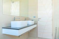El cuarto de ba?o real interior hermoso ofrece el lavabo imagen de archivo
