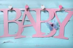 El cuarto de niños rosado del bebé pone letras al empavesado Imágenes de archivo libres de regalías