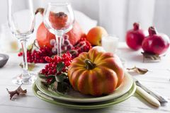 El cubierto del otoño de la acción de gracias con los cubiertos y el arreglo de la caída colorida se van Foto de archivo