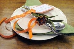 El cubierto individual de la tabla de cena de la acción de gracias feliz con otoño florece Imagenes de archivo