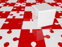 El cubo blanco en rompecabezas junta las piezas en colores rojos y blancos Foto de archivo libre de regalías
