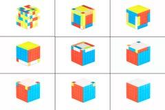 El cubo cinco del ` s de Rubik en cinco en el fondo blanco E imagen de archivo libre de regalías