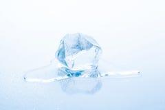 El cubo de hielo está derritiendo Fotografía de archivo libre de regalías