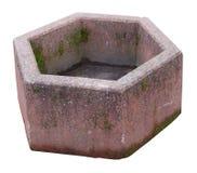 El cubo de la basura al aire libre de la calle se hace de granit cubierto de musgo retro envejecido Fotos de archivo