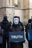 El cubo de los Protestors del vegano de la verdad foto de archivo