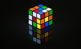 El cubo de Rubbick en una reflexión negra Imagenes de archivo