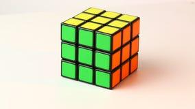 El cubo de Rubik en blanco almacen de video