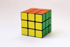 El cubo de Rubik en el fondo blanco Fotografía de archivo libre de regalías