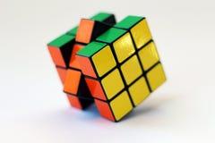El cubo de Rubik en el fondo blanco Fotos de archivo libres de regalías