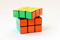 El cubo de Rubik en el fondo blanco Fotografía de archivo