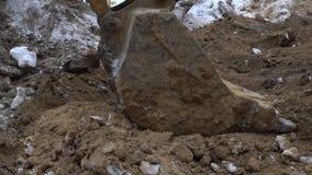 El cubo del excavador cava la tierra almacen de metraje de vídeo