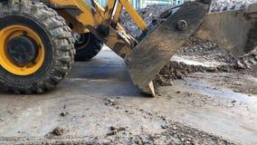 El cubo del excavador vierte la tierra Fontaner?a del trabajo de la reparaci?n almacen de metraje de vídeo